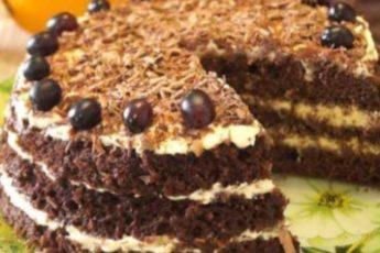 Этот быстрый торт готовится за 15 минут. Он получается нежным, воздушным и необыкновенно вкусным.